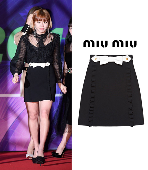 Chae Young cũng lựa chọn set đồ đen với áo ren đầy nữ tính, cùng chân váy có giá 811 USD ( khoảng 18,7 triệu đồng) đến từ Miu Miu