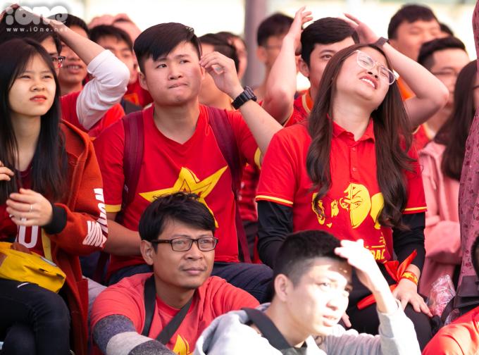 <p> Chỉ hơn 10 phút trôi qua, đội tuyển U22 Việt Nam đã để thủng lưới hai bàn khiếnnhiều CĐV không giấu được nỗi buồn.</p>