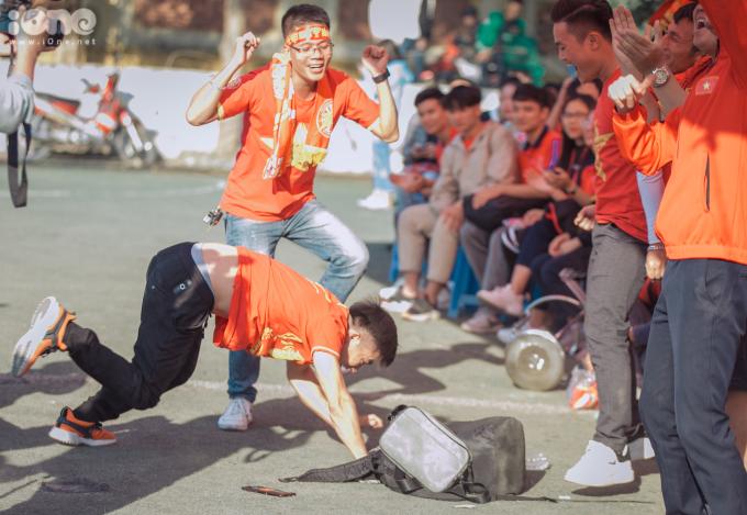 <p> Một cổ động viên ăn mừng bằng điệu nhảy theo cách riêng.</p>
