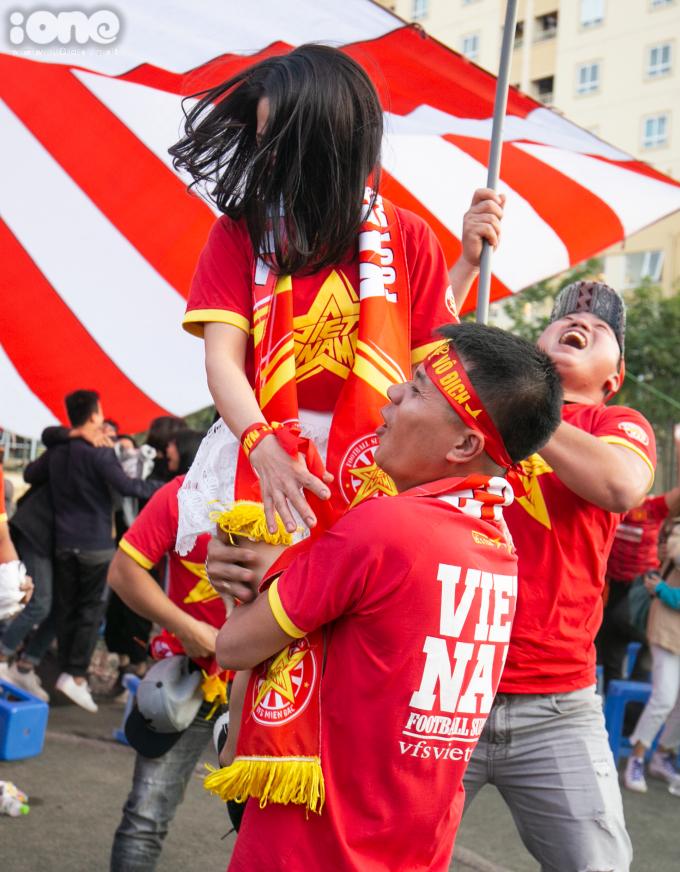 <p> Với kết quả hòa 2-2, Việt Nam đứng đầu bảng B, giành tấm vé vào bán kết. Thái Lan bị loại vì Indonesia thắng đậm ở lượt cuối vòng bảng.</p> <p> U22 Việt Nam sẽ gặp đội nhì bảng A là Campuchia ở trận bán kết, diễn ra vào 19h ngày 7/12.</p>