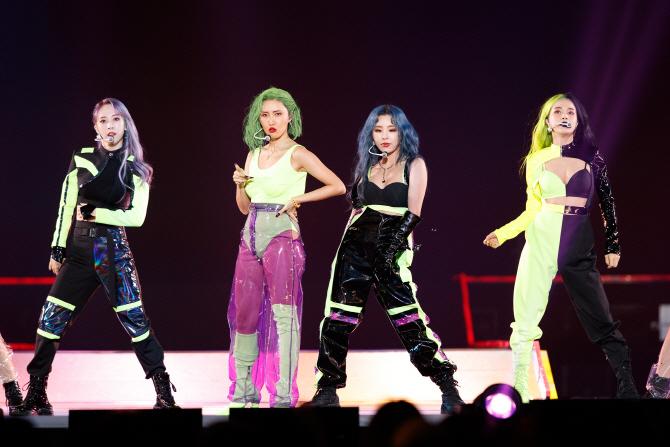 Trên mạng xã hội, netizen để lại nhiều bình luận hài hước về outfit của Mamamoo. Nhiều người cho rằng trang phục mà 4 cô gái mặc trông không khác gì... bút dạ quang.