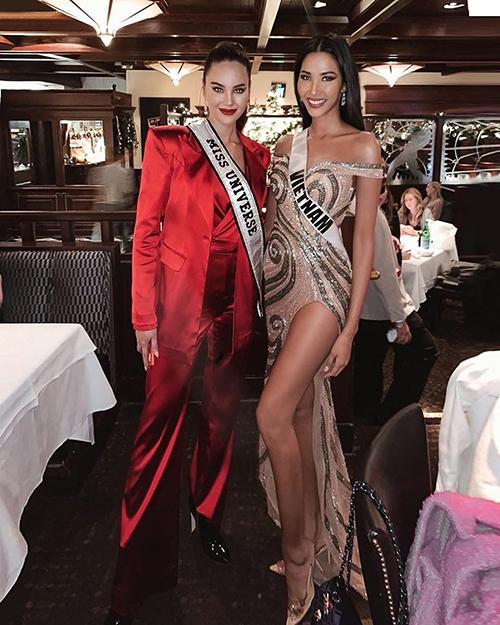 Hoàng Thùy chụp hình cùng đương kim Hoa hậu Hoàn vũ Catriona Gray. Người hâm mộ khen thần thái của đại diện Việt Nam không hề kém cạnh.