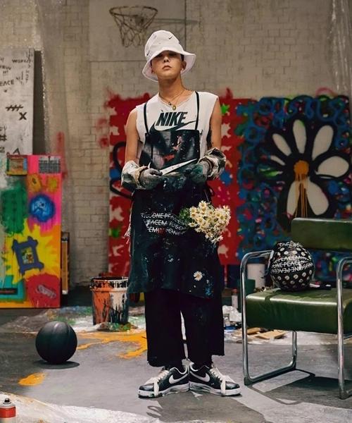 Mẫu giày này có ba phiên bản khác nhau. 88 đôi có logo màu vàng với phần chữ do G-Dragon viết tay không dành để bán mà chỉ tặng cho bạn bè thân thiết. Mẫu có logo màu đỏ là phiên bản giới hạn dành cho khách hàng tại Hàn được bán với số lượng 818 đôi, hiện đã cháy hàng. Mẫu giày có logo màu trắng sẽ bán ở thị trường quốc tế với giá 200 USD (gần 4,5 triệu đồng)
