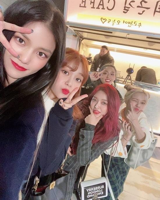 Các cô gái AOA nhí nhảnh đi quảng bá ca khúc mới.