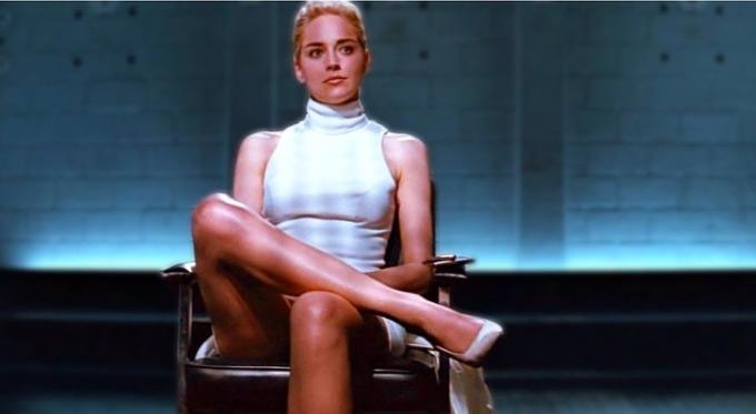<p> Sharon Stone nói cảnh phim nổi tiếng trong <em>Basic Instinct</em> đã thay đổi cuộc đời cô. Stone không biết khi lên hình, cảnh cô vắt chéo chân sẽ trông như thế này. Đạo diễn Paul Verhoeven thuyết phục cô mở rộng chân để thể hiện sự mạnh mẽ và gây chú ý cho người xem ở cảnh tiếp theo. Đạo diễn còn đảm bảo sẽ không ai thấy gì trong cảnh này.<br /><br /> Tuy nhiên sau khi phim ra mắt, nữ diễn viên bị sốc. Có tin đồn cô còn tát vào mặt Verhoeven.</p>