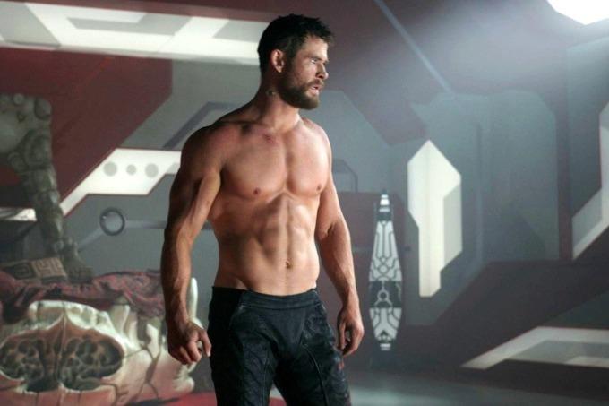 <p> Dù sở hữu body cuốn hút, Chris Hemsworth không thích khoe thân quá nhiều trước ống kính. Vì vậy, anh khó chịu vì phải cởi đồ trong <em>Thor: The Dark World</em>. Hemsworth đã cố gắng thuyết phục đạo diễn cho mặc áo nhưng không được chấp thuận. Điều tương tự cũng xảy ra trên phim trường <em>Thor: Ragnarok</em>.</p>