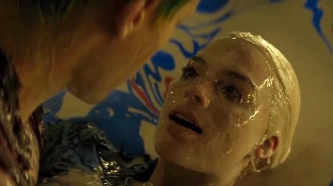 """<p> Vai Harley Quinn do Margot Robbie đóng trong <em>Suicide Squad</em> là nhân vật thú vị nhất phim. Nhưng quá trình quay có một số cảnh khiến cô không hài lòng. Robbie xấu hổ vì phải đi lại trong bộ trang phục rách rưới, ngắn cũn và bó sát.</p> <p> Cảnh nhân vật bị rơi vào thùng hóa chất cũng khiến cô """"ớn lạnh"""". Theo Robbie, đây là cảnh tồi tệ nhất trong lịch sử diễn xuất của cô vì chất lỏng liên tục chảy vào tai, mũi và mắt.</p>"""