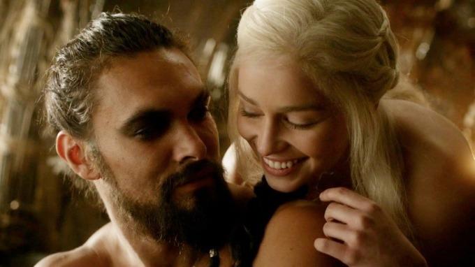 """<p> Trong <em>The Graham Norton Show</em>, Emilia Clarke nhớ lại lúc đóng cảnh nóng với Jason Momoa trong <em>Game of Thrones</em>. Clarke kể, có lần Momoa thấy cô lo lắng trước khi quay. Anh xua đi không khí căng thẳng bằng cách lấy một chiếc tất hồng che vào """"vùng nhạy cảm"""" khiến Clarke cười điên loạn. Buổi quay đã phải hủy sau đó vì Clarke buồn cười đến nỗi quên mất thoại.</p>"""
