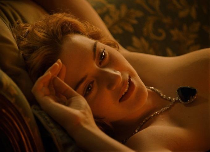<p> Cảnh nhân vật Rose yêu cầu Jack vẽ khỏa thân trong <em>Titanic</em> đã gây nhiều khó khăn cho Kate Winslet. Cô cảm thấy lúng túng khi phải cởi đồ trước mặt bạn diễn Leonardo DiCaprio.<br /><br /> Nhiều người hâm mộ xin chữ ký của Kate trên bức hình này khiến cô khó xử. Thậm chí cô từng từ chối ký tặng vì đã làm mẹ và theo đuổi nghệ thuật một cách nghiêm túc. Việc bức hình bị lôi ra sau hàng chục năm khiến Kate cảm thấy kỳ quặc.</p>