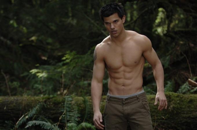 """<p> Trong <em>Twilight Saga</em>, Taylor Lautner """"đốn tim"""" nhiều fan nữ nhờ các cảnh khoe body cường tráng. Nhưng nam diễn viên không hề thích việc này. Lautner từng nói nếu được chọn lại, anh sẽ không bao giờ cởi đồ nhiều như vậy. Anh muốn đồng nghiệp và khán giả chú ý đến diễn xuất thay vì cơ thể của mình.</p>"""