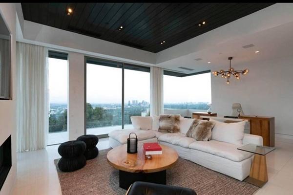 Villa được xây dựng theo phong cách sang trọng, hiện đại với gam màu trắng - đen chủ đạo. Phòng khách bày trí đơn giản, có không gian thoáng đãng.