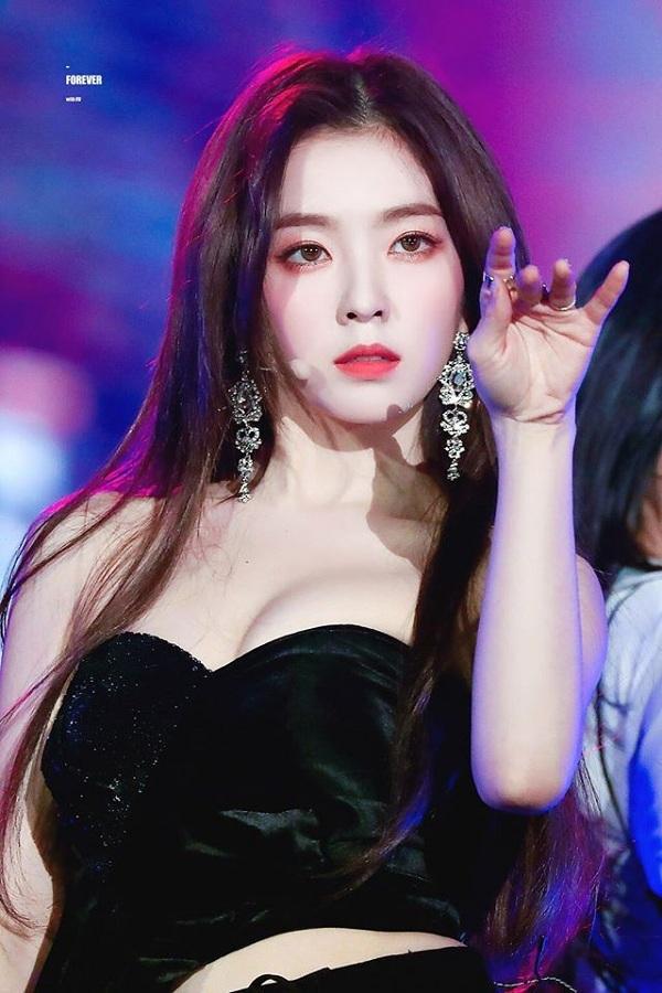 Irene(trưởng nhóm Red Velvet)ra mắt khi đã 24 tuổi, độ tuổi khá cao so với các thần tượng Kpop khác. Sở hữu khuôn mặt xinh đẹp, Irene vẫn luôn vượt qua các đàn em và trở thành một trong những nữ thần đại diện cho Kpop thế hệ 3.