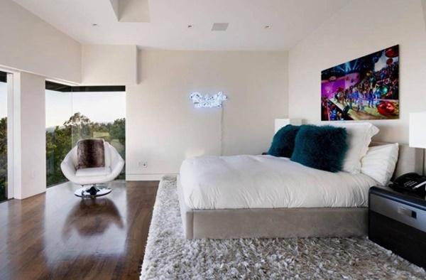 Phòng ngủ có hướng nhìn ra bên ngoài thông thoáng. Chăn ga, gối nệm được chủ nhân lựa chọn tiệp màu với căn hộ.
