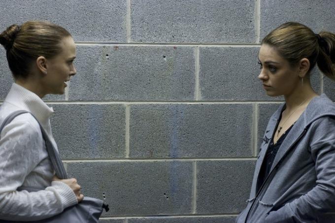 <p> Natalie Portman đã giành một giải Oscar cho vai vũ công ba lê trong <em>Black Swan</em>. Nhưng cảnh ân ái giữa cô và Mila Kunis gây ra ký ức tồi tệ. Portman nói điều này thật điên rồ vì ngoài đời, cô và Kunis là bạn thân. Nữ diễn viên từng nghĩ đến chuyện thuê người đóng thế, nhưng cuối cùng quyết định tự thực hiện.</p>