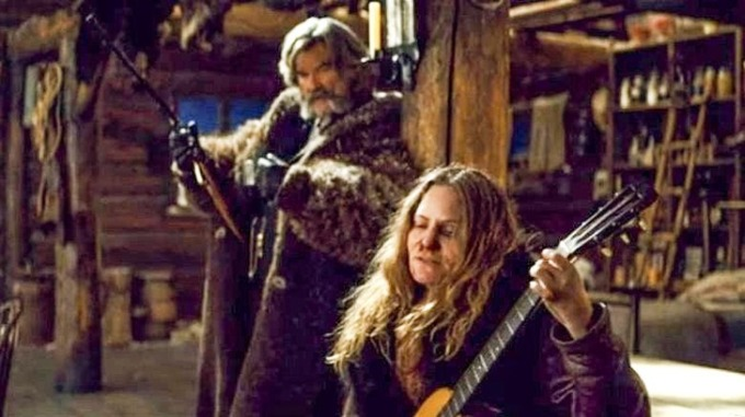<p> Trong <em>The Hateful Eight </em>của đạo diễn Quentin Tarantino, có một cảnh nhân vật của Kurt Russell hất tung cây guitar khiến nó vỡ vụn. Russell không biết cây đàn có giá trị lên tới 40.000 USD. Nam diễn viên cho biết anh rất xấu hổ vì làm vậy.</p>