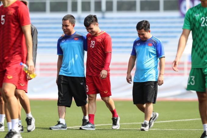 """<p> Riêng Quang Hải <a href=""""https://ione.net/tin-tuc/nhip-song/quang-hai-tap-tenh-tap-di-bo-4023183.html"""" rel=""""nofollow"""">tập đi bộ </a>cùng nhóm bác sĩ U22 Việt Nam.</p>"""
