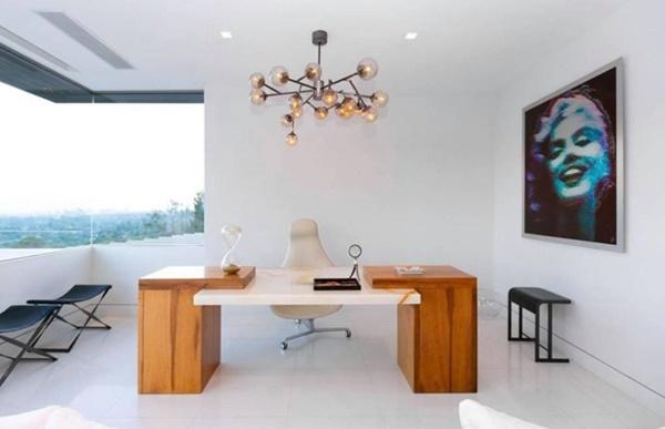 Phòng làm việc được bày biện đơn giản. Trong phòng treo bức ảnh Marilyn Monroe - thần tượng của Nathan Lee.