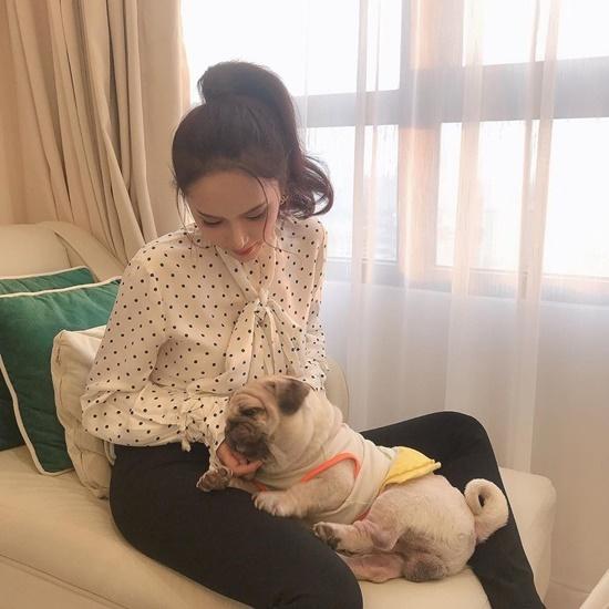 Bức ảnh Hương Giang chơi đùa cùng cún cưng khiến fan thích thú vì quá đáng yêu.
