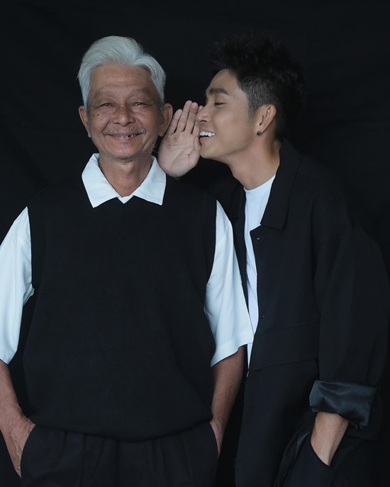 Jun Phạm chụp hình cùng bố.