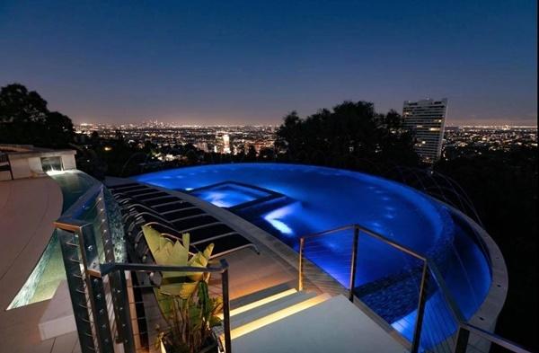 Hồ bơi trong căn villa có tầm nhìn toàn thành phố.