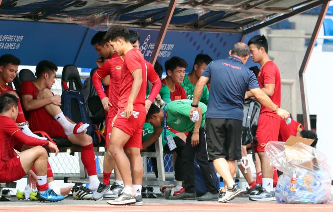 <p> Sau buổi tập, HLV Park dặn các cầu thủ phải dọn rác trước khi rời sân. Việt Nam sẽ gặp Campuchia lúc 19h ngày 7/12 trên sân Rizal Memorial.</p>