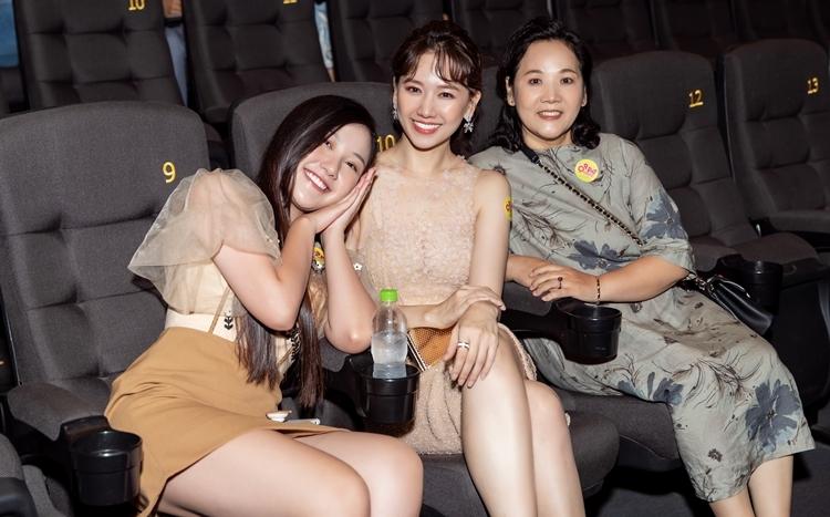 Vắng Trấn Thành nhưng Hari Won được mẹ và em chồng hộ tống dự sự kiện.