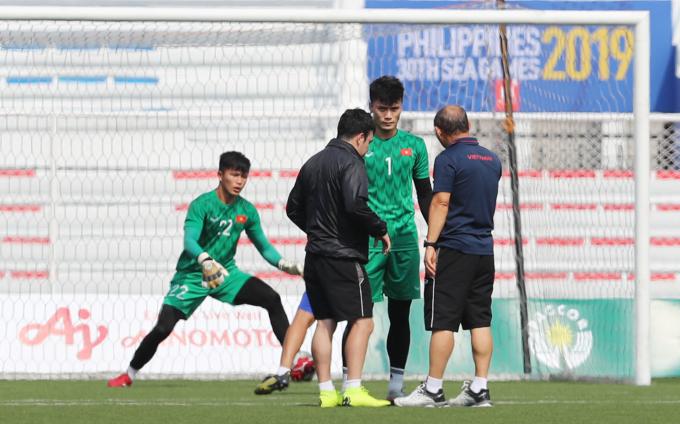 <p> HLV Park Hang-seo đến trễ 15 phút ở buổi tập cùng đội tuyển. Ngay khi đến sân, ông Park đến chỗ cầu môn - nơi các thủ môn đang tập luyện, rồi gọi riêng Bùi Tiến Dũng ra dặn dò. Cuộc trò chuyện kéo dài khá lâu.</p>