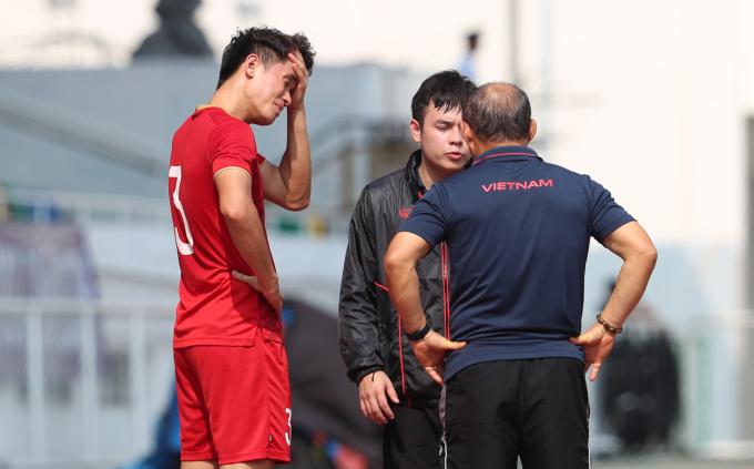<p> Ông Park còn dành thời gian trò chuyện riêng với một số cầu thủ như trung vệ Tấn Sinh - người đá hỏng quả phạt đền hay Hồ Tấn Tài - hậu vệ mắc lỗi không kèm người để Thái Lan nâng tỷ số lên 2-0.</p>