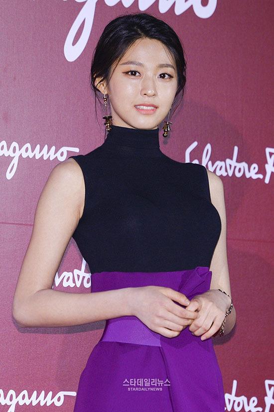 Seol Hyun sẽ đảm nhận vai trò MC của SBS Gayo Daejun diễn ra vào 25/12. Cô nàng sẽ hợp tác cùng Jun Hyun Moo. Người hâm mộ mong chờ tạo hình sang chảnh, cuốn hút của Seol Hyun trên thảm đỏ.