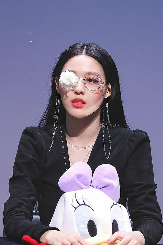 Seol Hyun nổi tiếng với nét quyến rũ khó cưỡng nhờ làn da ngăm, đường cong hút mắt. Nhiều ý kiến cho rằng khả năng dẫn chương trình của thành viên AOA còn hạn chế nhưng cô nàng xinh đẹp, nổi tiếng. Trong năm 2019, Seol Hyun gây sốt khi xuất hiện trong Queendom và bộ phim truyền hình My Country.