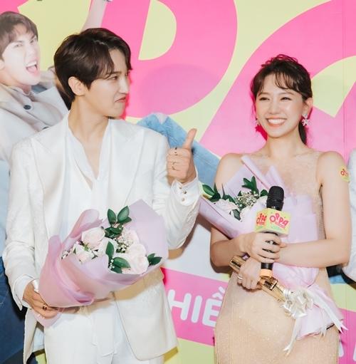 Hari Won vào vai Ca Dao - một cô nhân viên văn phòng đen đủi có ước mơ thầm kín là làm ca sĩ. Park Jung Min - vai Chan Y - ngôi sao ca nhạc đến từ xứ sở kim chi. Họ gặp gỡ nhau và tạo nên những tình huống oái ăm.