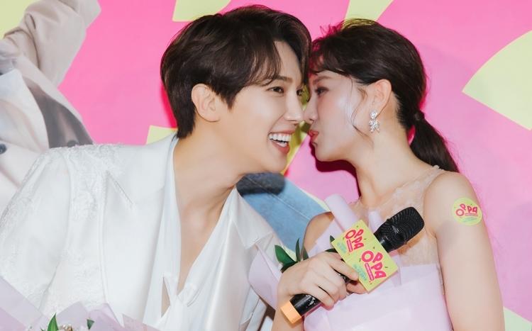 Cả hai thân thiết suốt thời gian qua. Tại sự kiện, họ ghé tai nhau thủ thỉ. Nam diễn viên xứ Hàn cũng bất ngờ khi được khán giả Việt Nam đón nhận.