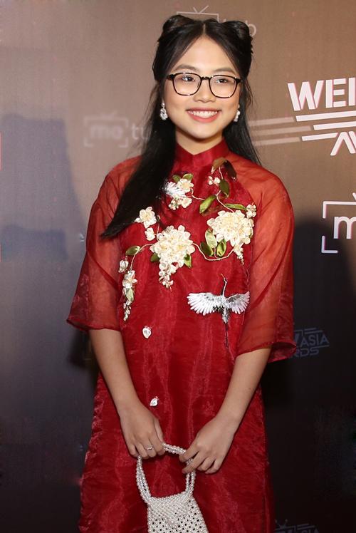 Phương Mỹ Chi diện áo dài xinh yêu, ra dáng thiếu nữ.
