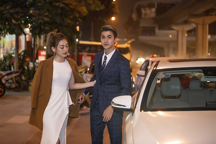 Tối 5/12, Bình An và Phương Nga sóng đôi tham dự một sự kiện khai trương tại Hà Nội. Nam diễn viên tự lái xế hộp đưa bạn gái đến điểm diễn ra chương trình.