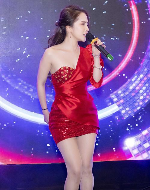 Tại sự kiện khai trương Sohee vào tối qua, không chỉ làm khách mời, Quỳnh Nga còn biểu diễn 2 nhạc phẩm sôi động