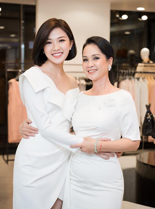 NSND Lan Hương được dàn Hoa hậu, Á hậu, diễn viên rất kính trọng và luôn miệng gọi 'u' thân mật. 'Bà mẹ quốc dân' tiết lộ, sang năm 2020 sẽ tham gia một dự án truyền hình.