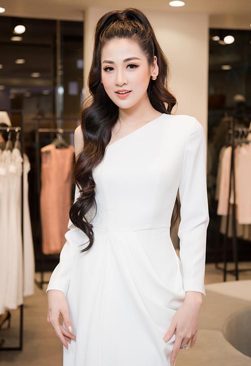 Á hậu Dương Tú Anh than thở rằng, cô gần như kín lịch chạy show event, quay quảng cáo vào dịp cuối năm. Sắp tới là sinh nhật tròn 1 tuổi của con trai, cô cùng gia đình sẽ sang Singapore du lịch vài ngày.