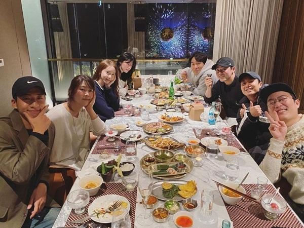 Yoona chia sẻ hình ảnh bữa tiệc cuối năm ấm cúng cùng đoàn phim EXIT.
