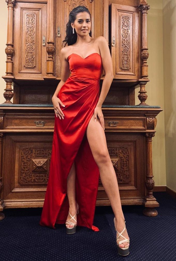 <p> Với chiều cao khá,Anntonia Porsild thường diện những chiếc váy xẻ đùi cao, cúp ngực để tôn lên vẻ gợi cảm.</p>