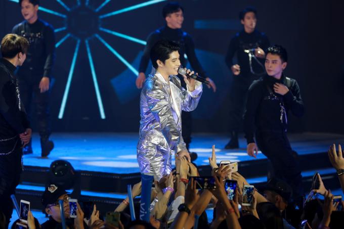 <p> Sự xuất hiện của Noo khiến fan reo hò không ngớt. Nam ca sĩ mong được gặp khán giả Việt Nam sau khi trở về từ chuyến công tác ở Hàn Quốc.</p>