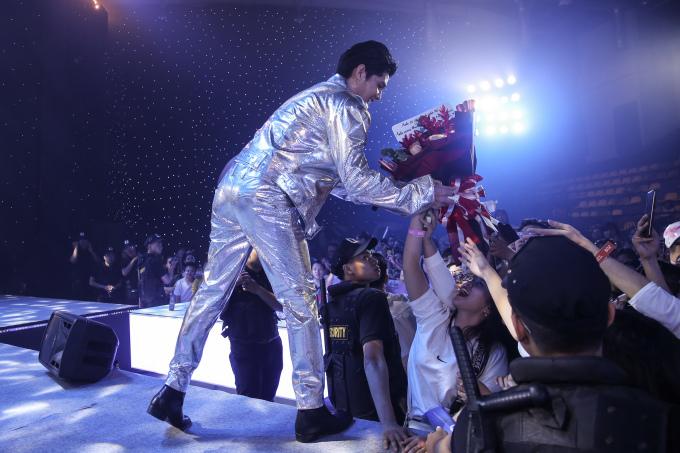 <p> Nam ca sĩ được fan bày tỏ tình cảm nồng nhiệt.</p>