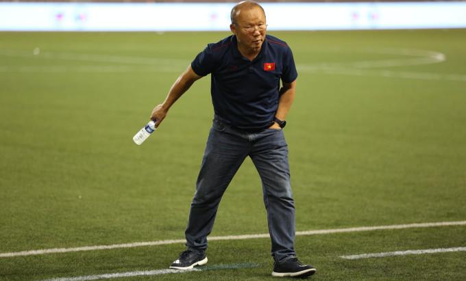 <p> Ông Park ra khu vực sân cỏ để thu lượm từng chai nhựa nước uống.</p>