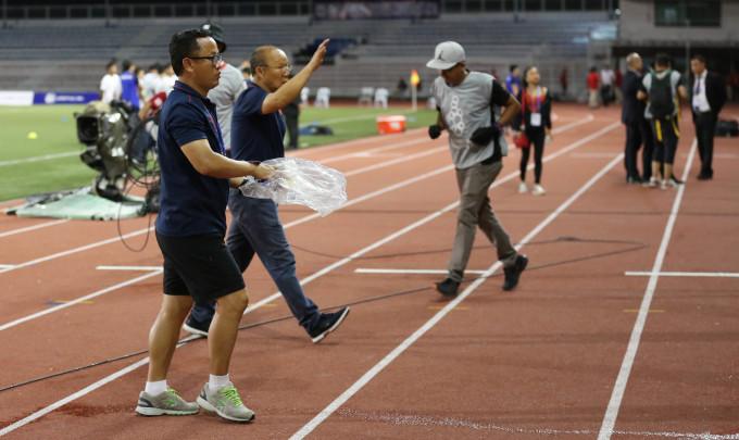 <p> Trong trận đấu hôm nay, ông Park Hang-seo phải nhận một thẻ vàng khi phản ứng gay gắt với trọng tài trước tình huống Trọng Hoàng bị cầu thủ Campuchia vào bóng nguy hiểm ở hiệp một.HLV Park đã không ít lần nhận thẻ vì thể hiện sự bức xúc khi các học trò bị phạm lỗi.</p>
