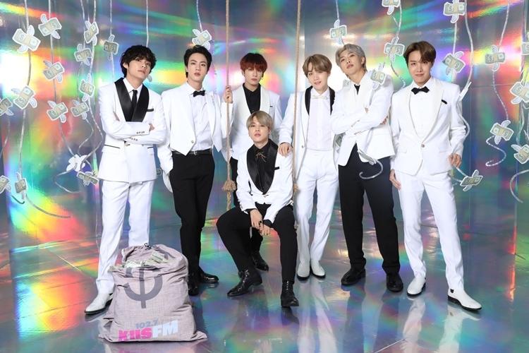 BTS chụp hình trước giờ biểu diễn.