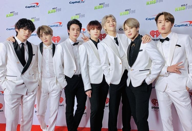 BTS diện trang phục vest với tông màu trắng - đen lịch lãm. Ngoại hình nam tính và nét quyến rũ của các chàng trai trên thảm đỏ concert khiến người hâm mộ ấn tượng.