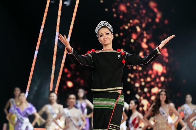 Trong hai năm nhiệm kỳ, HHen Niê là hoa hậu gắn liền với các hoạt động thiện nguyện. Cô tham gia nhiều chương trình, dự án liên quan đến giáo dục, trẻ em và phụ nữ.
