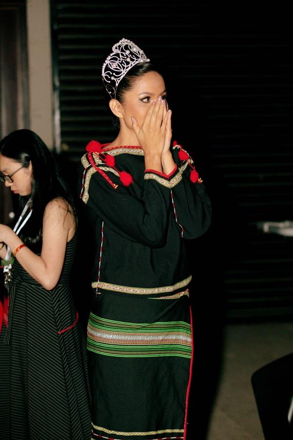 HHen Niê tỏ rahồi hộp trong hậu trường đêm chung kết Hoa hậu Hoàn vũ Việt Nam 2019.