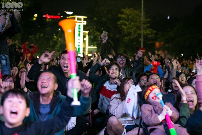<p> Hàng nghìn CĐV hò hét, cổ vũ trước mỗi pha lên bóng của tuyển U22 Việt Nam.</p>