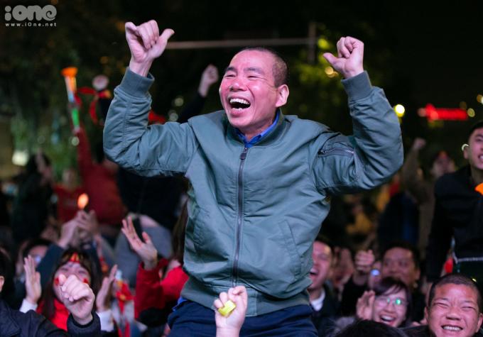 <p> Ở phút thứ 20 hiệp một, Tiến Linh mở tỷ số khiến các cổ động viên phấn khích. Họ đứng lên reo hò để ăn mừng.</p>