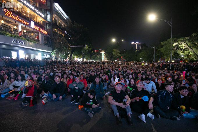 <p> Các CĐV đã mang băng rôn, cờ Tổ quốc tập trung tại Quảng trường Đông Kinh Nghĩa Thục để cổ vũ Việt Nam ở trận bán kết gặp U22 Campuchia. Họ theo dõi trận đấu qua màn hình led khổ lớn.</p>